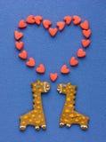 Biscuits faits maison sous forme de girafes de couples et grand drôles il Photographie stock