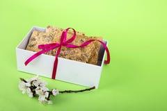 Biscuits faits maison sur un fond vert biscuits de r?gime avec la bande pain croquant avec le tournesol, le lin et les graines de image stock