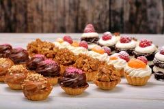 Biscuits figés de approvisionnement sur le fond en bois blanc Images libres de droits