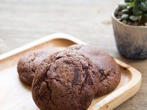 Biscuits foncés mous faits maison de 'brownie' de chocolat placés sur un plat en bois Les biscuits est sembler bon et délicieux L image libre de droits