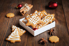 Biscuits formés en arbres et étoiles de Noël Photo stock