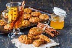 Biscuits fraîchement cuits au four sur le plateau photos stock