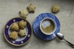 Biscuits frais parfumés de café et de gingembre sur une soucoupe images libres de droits