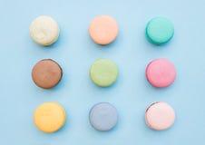 Biscuits français colorés doux de macaron sur le fond bleu en pastel Photo stock