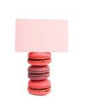 Biscuits français de macaron avec le signe d'isolement sur le blanc Photographie stock libre de droits