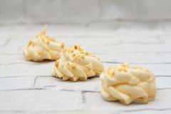 Biscuits français italiens de meringue de Resh avec la noisette image libre de droits