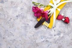 Biscuits français traditionnels de dessert de macarons de canneberge de fraise de myrtille avec la belle disposition de fleurs su photo stock