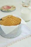Biscuits friables dans la boîte de bidon sur le napperon de vintage Photo stock