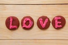 Biscuits glacés avec amour de déploiement crème rose Photographie stock