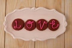 Biscuits glacés avec amour de déploiement crème rose Image stock