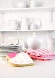Biscuits glacés sur le compteur pour le jour de Valentine Photographie stock libre de droits