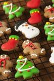 Biscuits glacés traditionnels de Noël de pain d'épice Image libre de droits