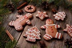 Biscuits homme de pain d'épice et Noël de couples de femme Photos libres de droits