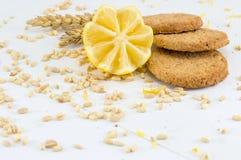 Biscuits intégraux avec le citron sur le fond blanc Image libre de droits