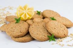 Biscuits intégraux avec le citron sur le fond blanc Images libres de droits