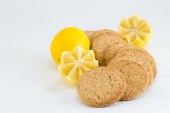 Biscuits intégraux avec le citron sur le fond blanc Images stock