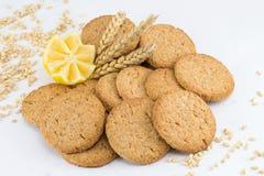 Biscuits intégraux avec le citron sur le fond blanc Photographie stock