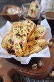 Biscuits italiens : cantuccini avec les pistaches et les canneberges, tasse de café photo stock