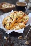Biscuits italiens : cantuccini avec les pistaches et les canneberges, tasse de caf? image stock