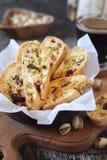Biscuits italiens : cantuccini de pistaches et de canneberges et tasse de café photo stock