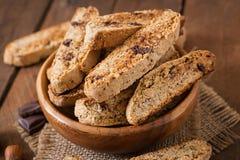 Biscuits italiens de biscotti avec des écrous images libres de droits
