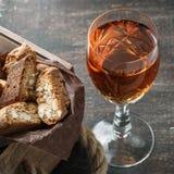 Biscuits italiens de cantucci et un verre de vin Photographie stock