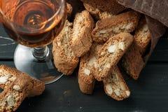 Biscuits italiens de cantuccini et un verre de vin Photos stock