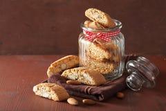 Biscuits italiens traditionnels de cantuccini dans le pot en verre Image stock