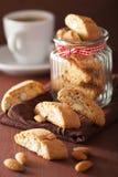 Biscuits italiens traditionnels de cantuccini dans le pot en verre Images stock