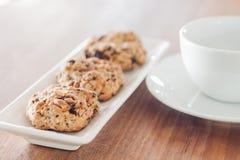 Biscuits mélangés d'écrou avec la tasse de café Image libre de droits