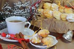 Biscuits Madeleine avec l'orange, époussetée avec la poudre de sucre Photo libre de droits
