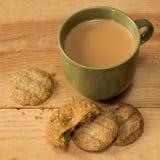 Biscuits, miettes et thé Photos libres de droits