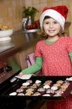Biscuits mignons de Noël de traitement au four de fille Image stock