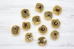 Biscuits non cuits avec des clous de girofle, raisins secs table en bois blanche, vue supérieure D'en haut, configuration plate Photo libre de droits