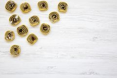 Biscuits non cuits avec les clous de girofle, raisins secs sur la table en bois blanche, vue supérieure D'en haut, configuration  Images stock