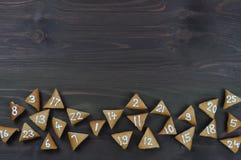 25 biscuits numérotés d'avènement sur le bois brun Photos libres de droits