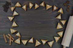 25 biscuits numérotés d'avènement sur le bois brun Image libre de droits