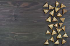 25 biscuits numérotés d'avènement sur le bois brun Images libres de droits