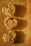 Biscuits organiques en forme de coeur Image stock