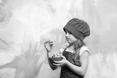 Biscuits ou biscuits dans la cuvette à disposition d'enfant de chef Photographie stock libre de droits