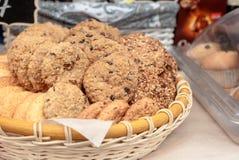 Biscuits parfumés sur la présentation dans un panier en osier images stock