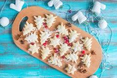 Biscuits parmi des décorations de Noël-arbre Images stock