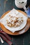 Biscuits pour l'heure du thé de Noël images stock