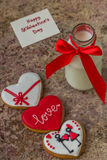 Biscuits pour le jour du ` s de Valentine et bouteille en verre de lait avec le ri rouge Photographie stock libre de droits