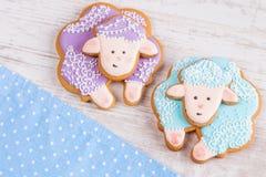 Biscuits pourpres et bleus de pain d'épice de moutons sur le backgr en bois blanc Photo stock