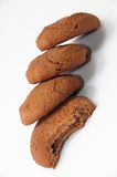 Biscuits rayés de chocolat sur un fond blanc image libre de droits