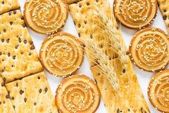 Biscuits ronds avec des graines de sésame Biscuits carrés avec du chocolat Photos stock