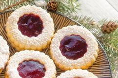 Biscuits ronds avec la confiture Photo stock