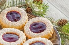 Biscuits ronds avec la confiture Photographie stock libre de droits