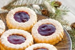 Biscuits ronds avec la confiture Images libres de droits